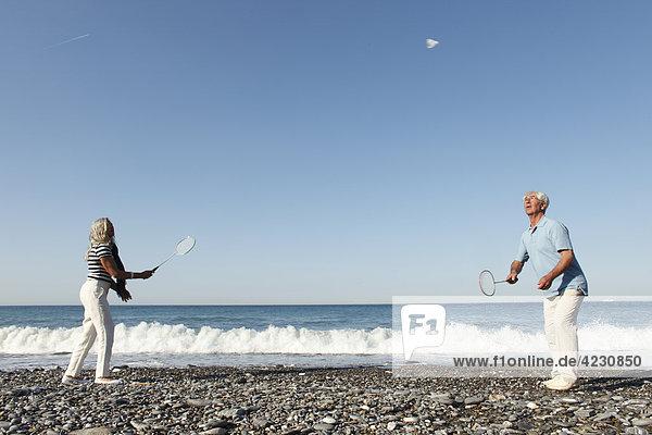 Seniorenpaar spielt Federball am Strand  Italien  Sori