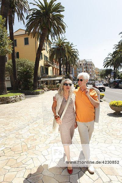 Seniorenpaar geht spazieren  Italien  Rapallo
