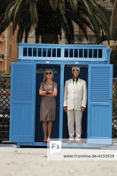 Seniorenpaar steht in einer Umkleidekabine im Freien  Italien  Rapallo