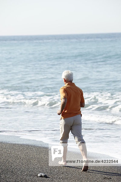 Senior joggt am Strand  Italien  Sori