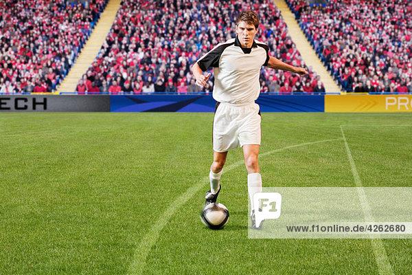 Fußballspieler  der den Ball kickt
