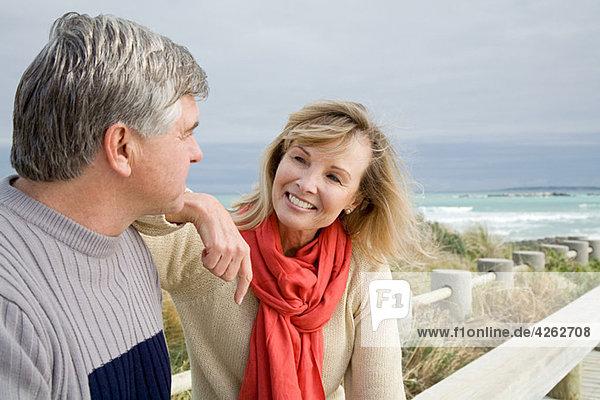 reifes Paar an der Küste