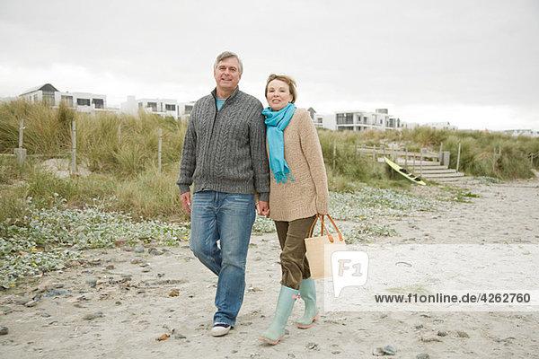Erwachsenes Paar am Strand
