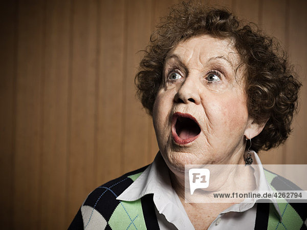 Studio-Porträt der geschockten Seniorin
