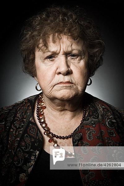 Stuido Porträt der wütenden Seniorin