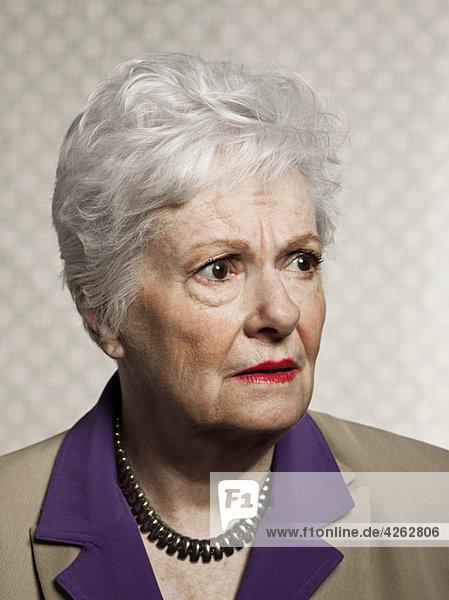 Studio Portrait of besorgt ältere Frau