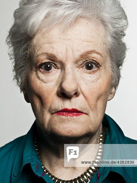 Stuido Porträt einer ernsthaften Seniorin
