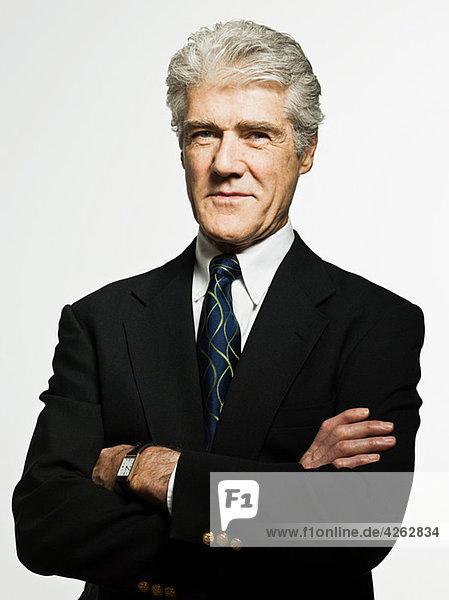Studio-Porträt eines selbstbewussten Geschäftsmannes