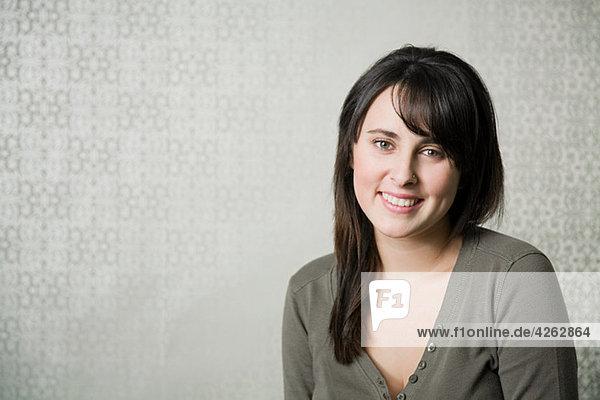 Porträt eines Mädchens mit grauem Oberteil