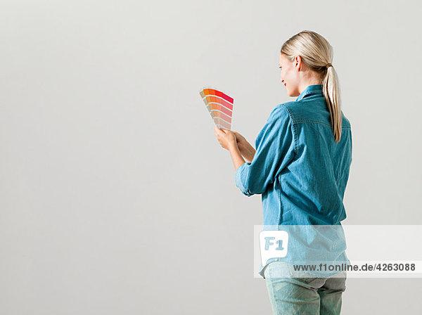 Junge Frau bei der Wahl der Farbe