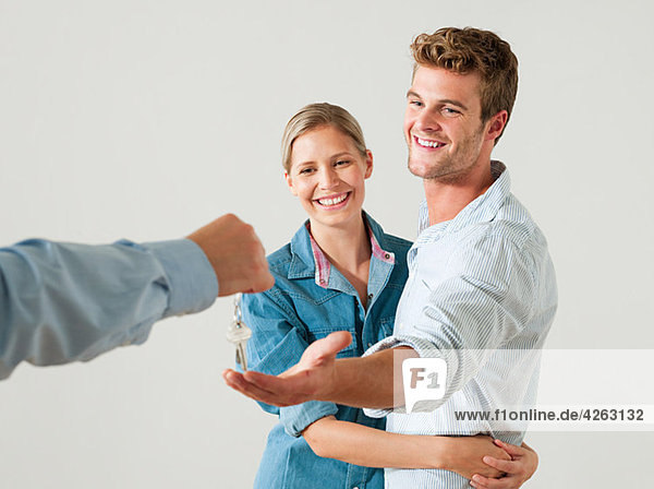 Junges Paar erhält Hausschlüssel