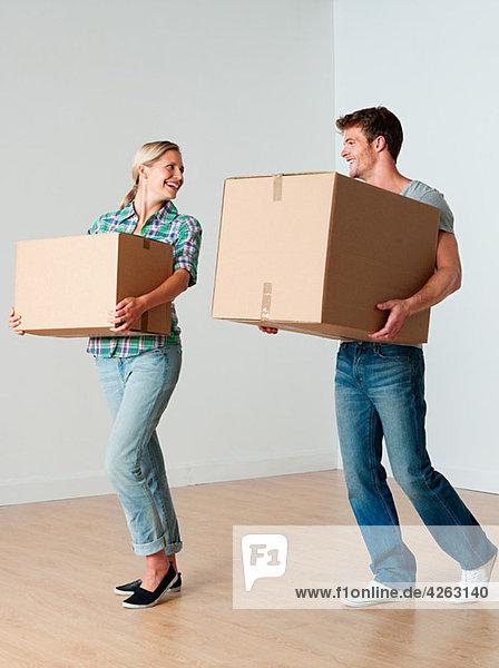 Junges Paar mit Pappkartons