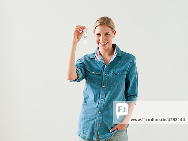 Junge Frau mit Hausschlüssel