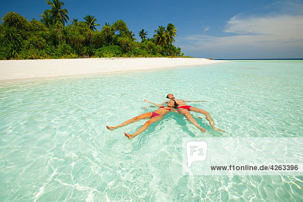 Paar im Meer schwimmend  Baughagello Island  South Huvadhu Atoll  Malediven