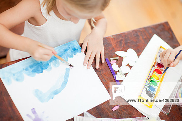 Mädchenmalerei mit Aquarellen