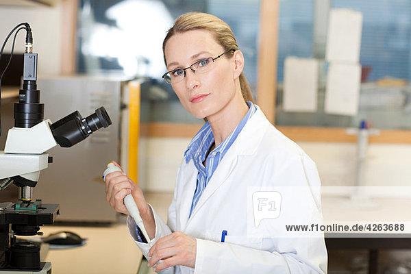 Ärztin im Labor