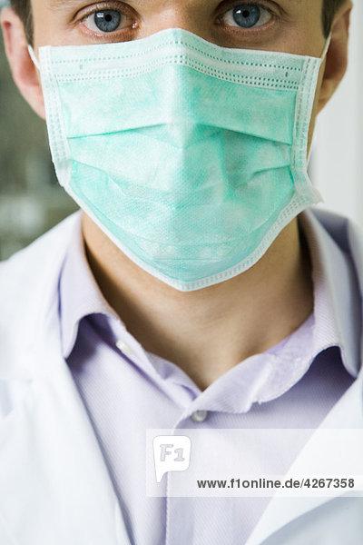 Chirurgen mit Maske auf Gesicht