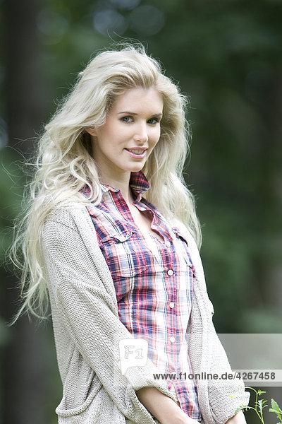 Portrait schönheit blond Frau im park