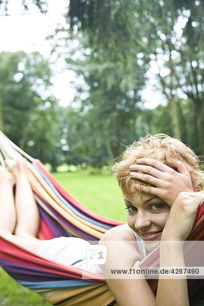 junge Frau entspannenden auf Hängematte