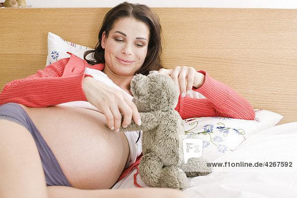 Schwangere Frau im Bett entspannenden