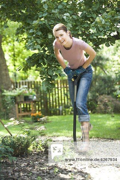 Frau im Garten Graben
