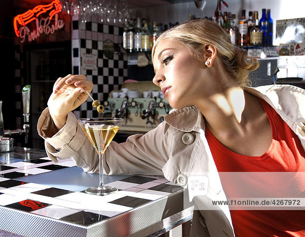 Junge Frau am Bar