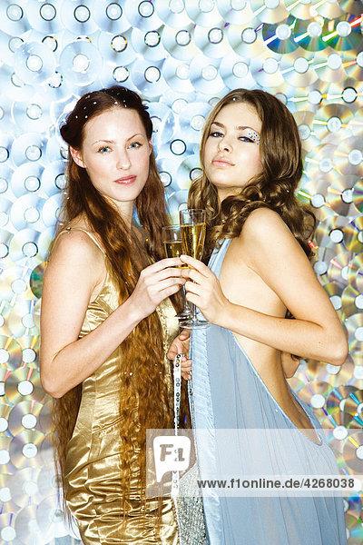 Junge Frauen auf party