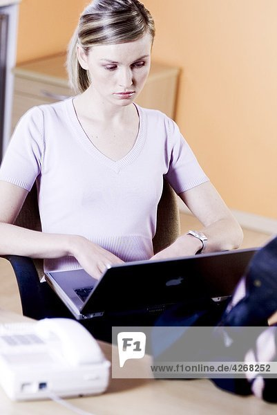 Frau Eingabe über laptop