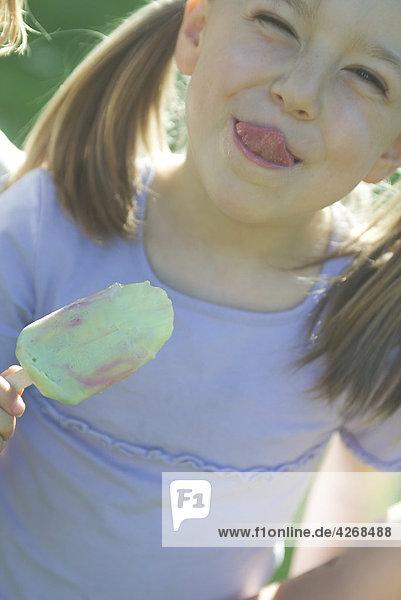 Girl eating eis-