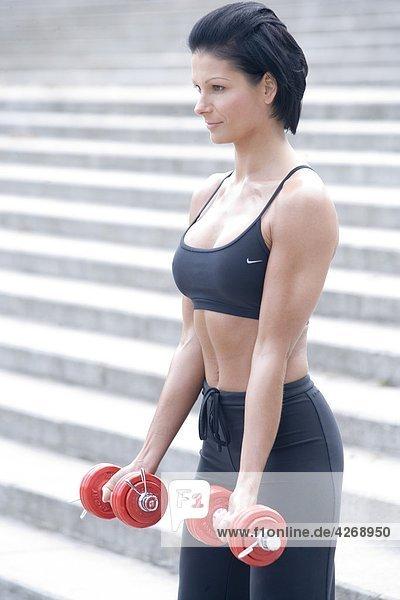 Frau beim training mit Hantel