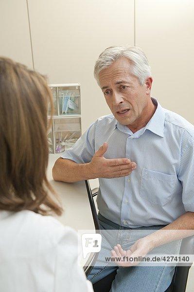 Patient spricht mit einer Ärztin