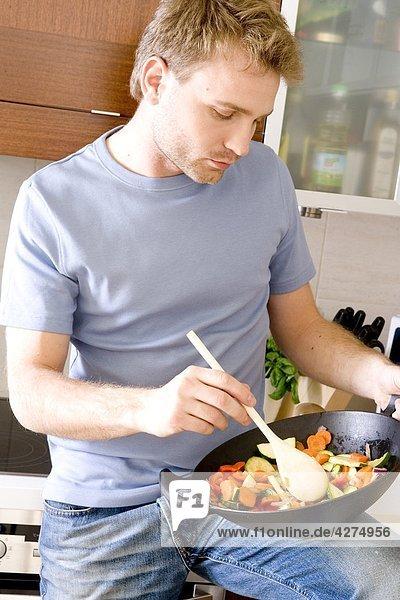 Abendessen kochen Mann