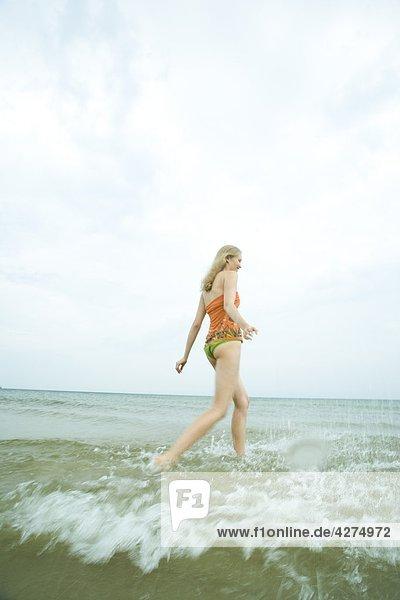 junge Frau im Meer spielen