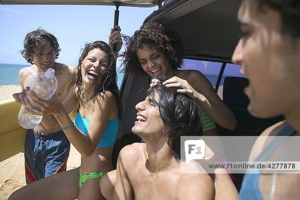Gruppe von Freunden auf See