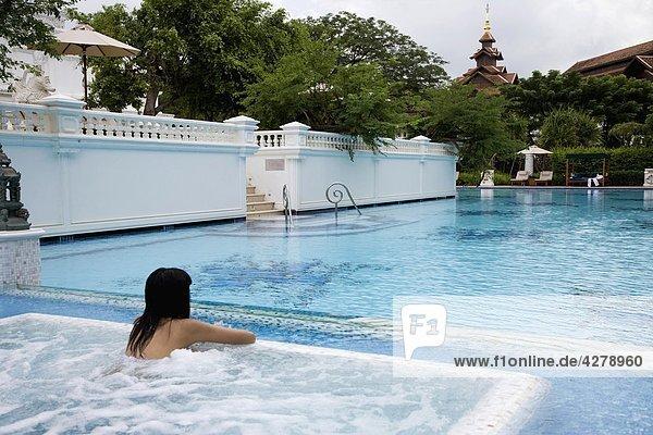 Frau Ostasien Urlaub Schwimmbad Mandarine
