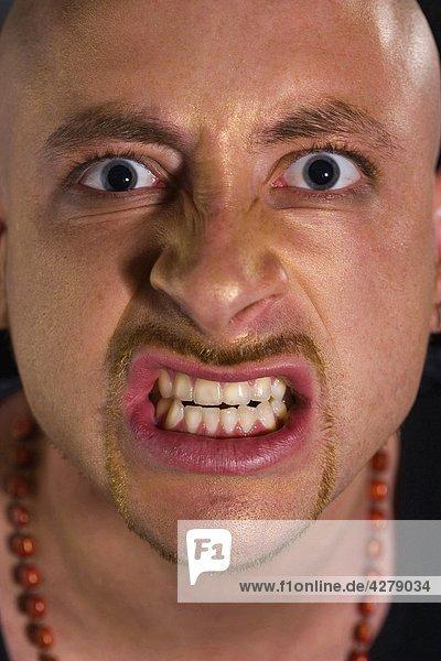 Zorniger Mann  Gesicht hautnah
