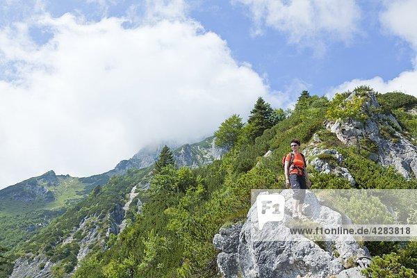 Bergsteigerin am Hochthron  Berchtesgadener Alpen  Bayern  Deutschland  Europa