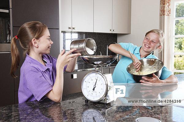 Mädchen kochen in der Küche