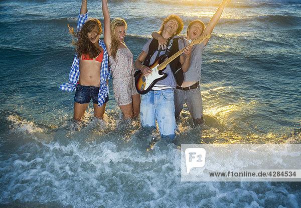 Junge Gruppe singt mit Gitarre im Gezeitenmeer