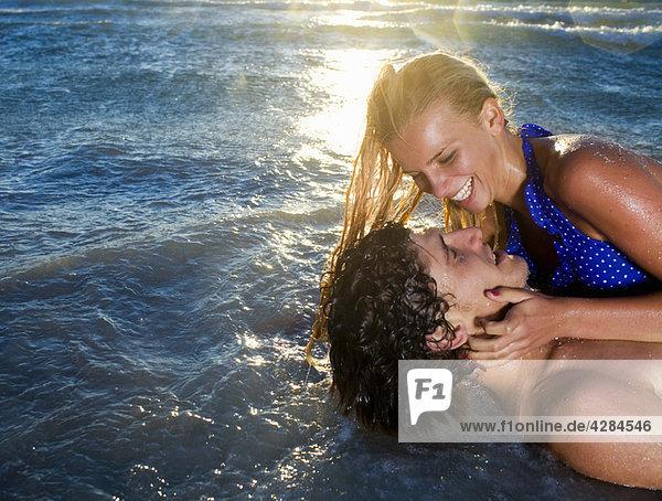 Junges Lachen lag in der Meeresflut