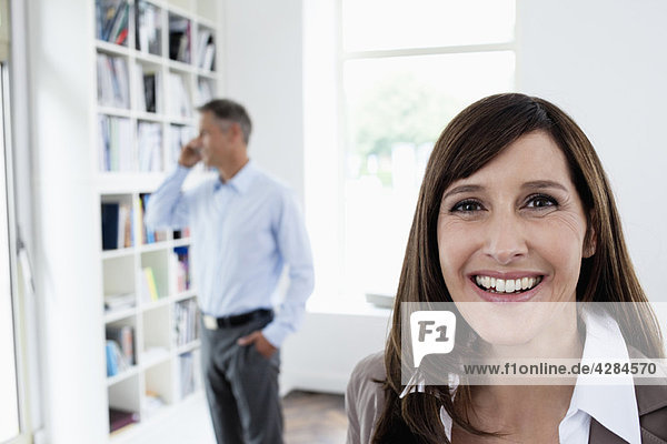 Geschäftsfrau lächelt vor der Kamera