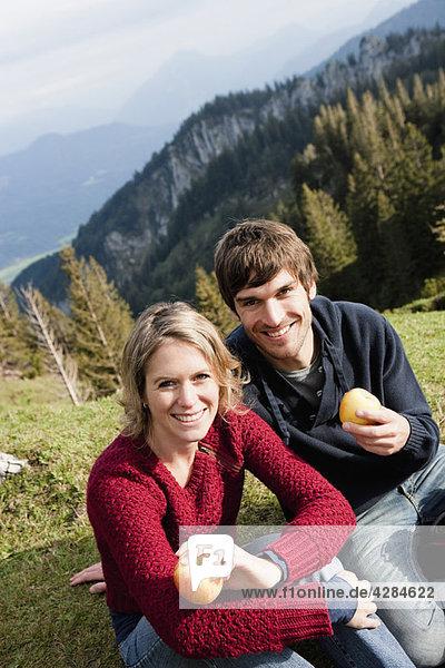 Pärchen essen Äpfel im Ruhezustand