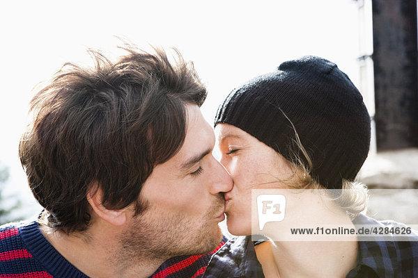 Ein Paar  das sich küsst.