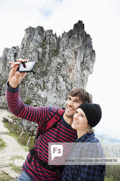 Paar beim Fotografieren in der Frontlandschaft