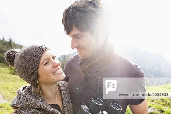 Paar mit Fernglas am Berg