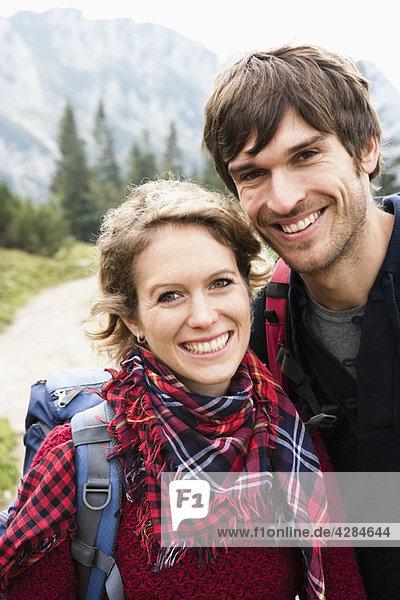 Paar mit Rucksäcken Portrait