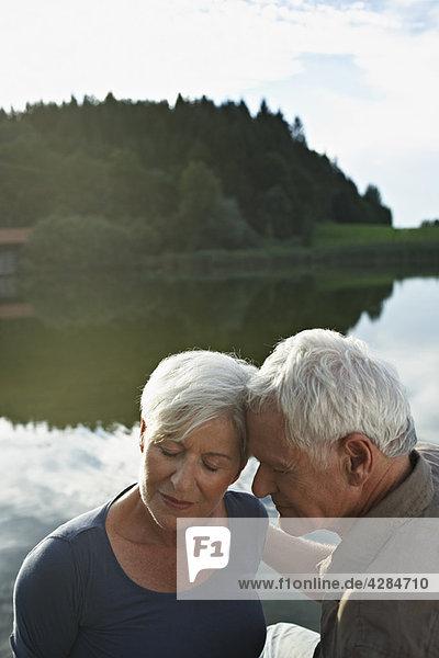 Seniorenpaar  die Köpfe aneinander liegend