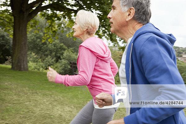 Reife Paare joggen im Park