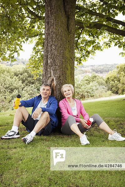 Reife Paare  die sich nach dem Training ausruhen