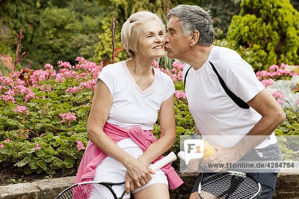 Reifer Mann küssender Partner auf der Wange